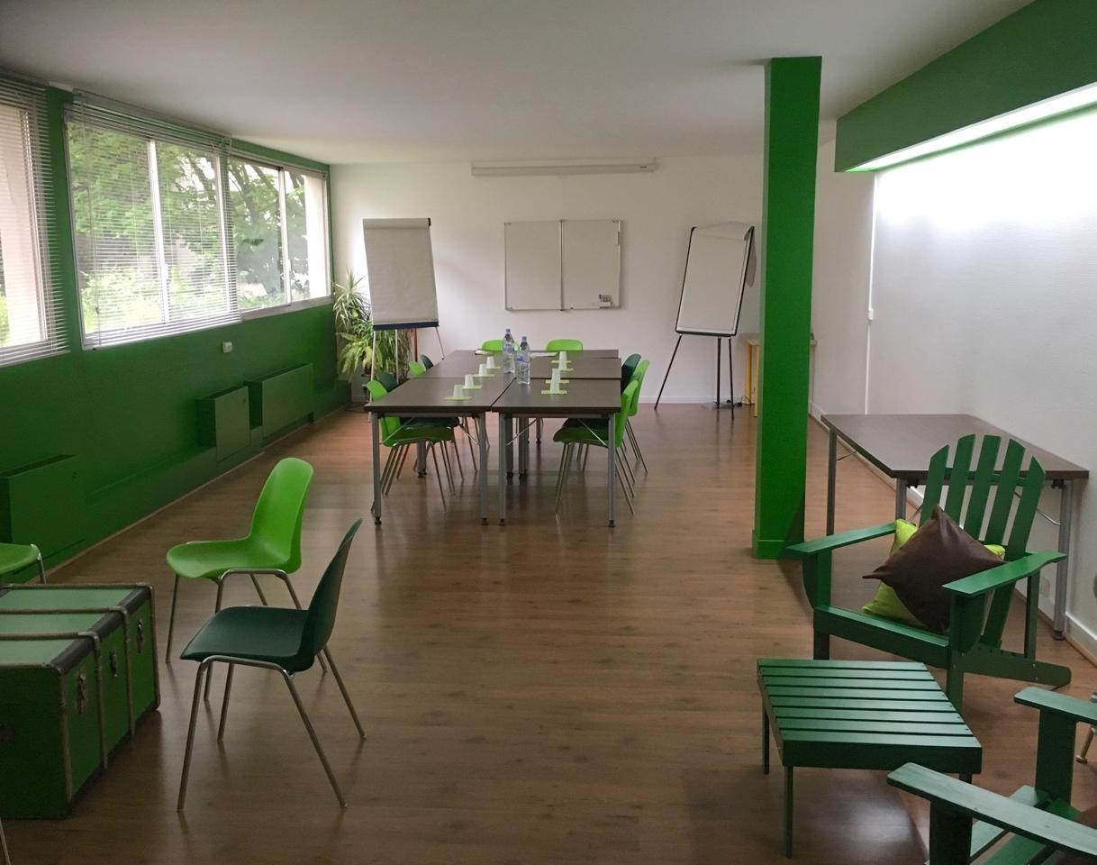 Une grande salle polyvalente de 55 m2, donnant sur terrasse arborée, parquet, large baie vitrée.