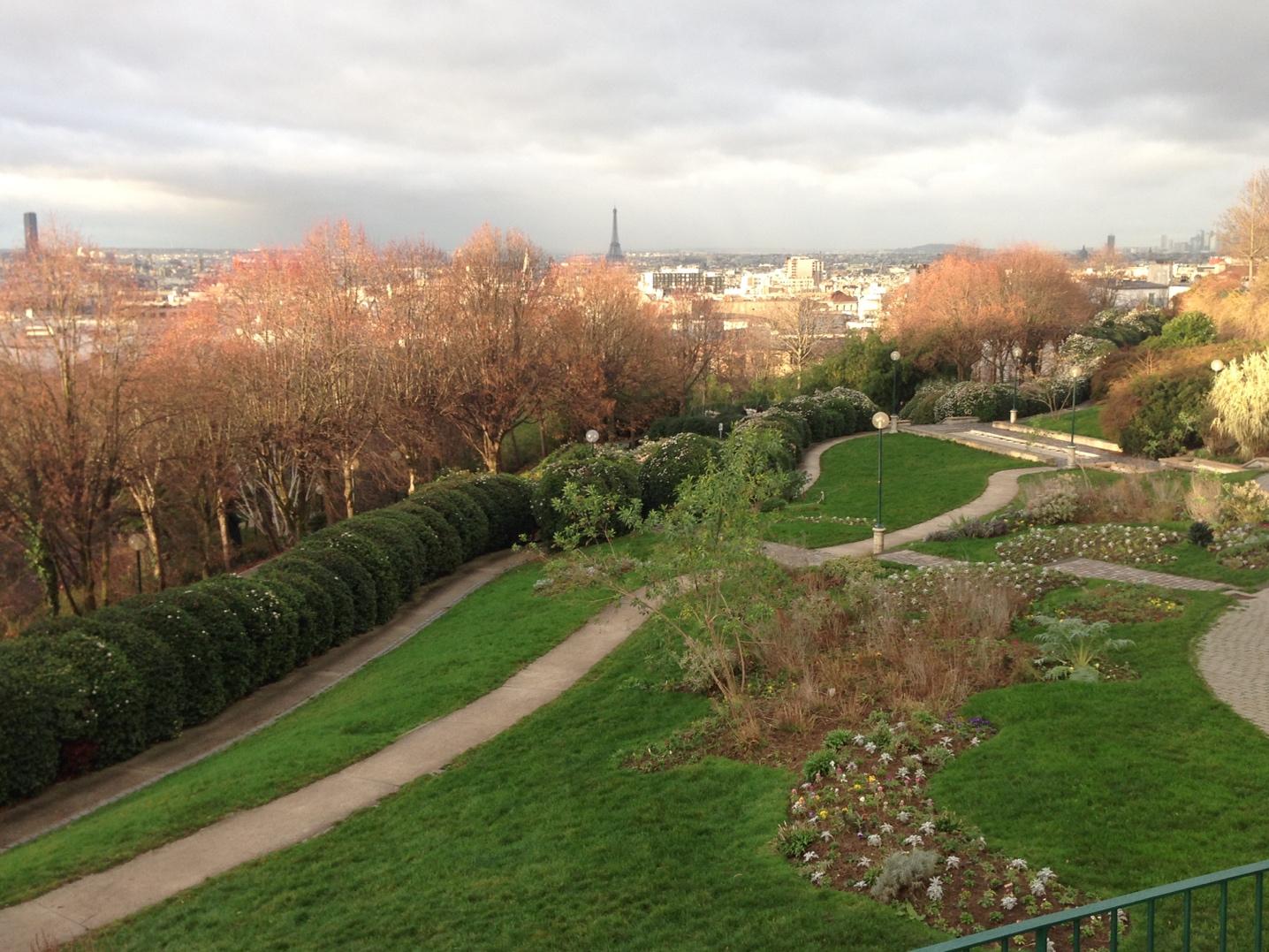 Le PATIO est situé en haut du Parc de Belleville, dans un Paris chaleureux entourés de petits restaurants et de commerces.
