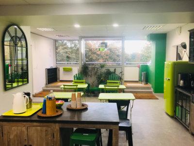 Le Patio au coeur de nos locaux, avec la cuisine et un accès à notre centre de documentation spécialisé.